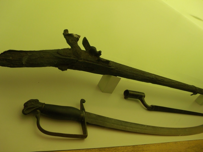 Flintlock rifle, bayonet, and sword in the Dade Battlefield Museum.